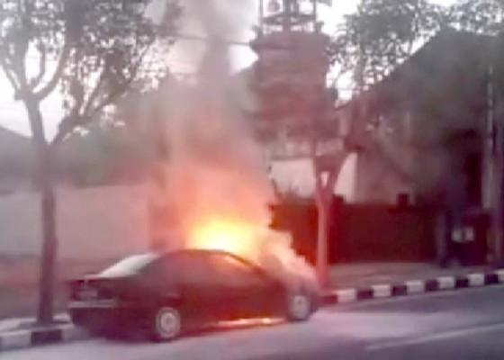 Nusabali.com - melaju-kencang-mobil-bmw-meledak-lalu-terbakar