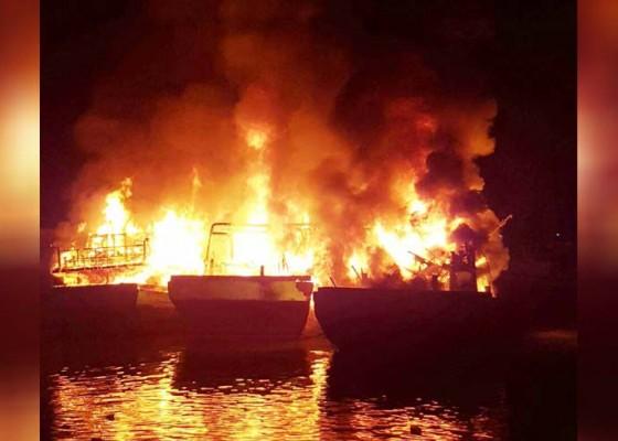 Nusabali.com - tiga-kapal-terbakar-saat-lego-jangkar