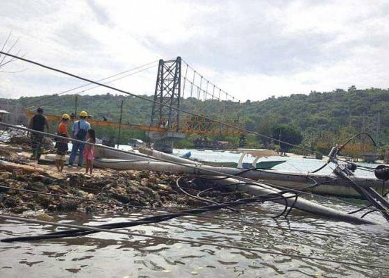 Nusabali.com - tiang-listrik-di-jembatan-kuning-ambruk