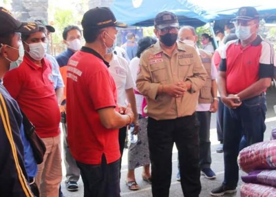 Nusabali.com - kunjungi-desa-ban-wagub-cok-ace-gelontor-bantuan-untuk-korban-gempa