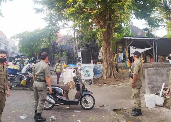Nusabali.com - tim-yustisi-denpasar-sidak-prokes-di-pasar-tumpah