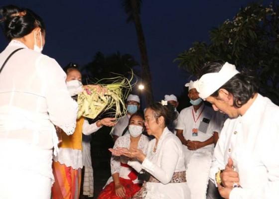 Nusabali.com - sukmawati-jalani-ritual-malukat-di-pantai-lovina