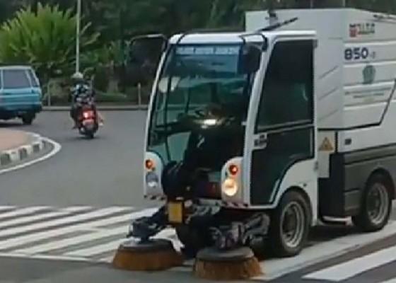 Nusabali.com - road-sweeper-dlhk-kota-denpasar-ubah-jam-operasional