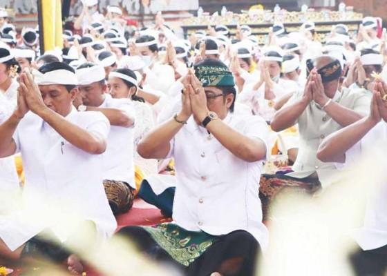 Nusabali.com - bupati-giri-prasta-hadiri-puncak-karya-ngenteg-linggih-di-desa-adat-pelaga