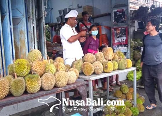 Nusabali.com - panen-durian-berjejer-di-jalan-tampaksiring