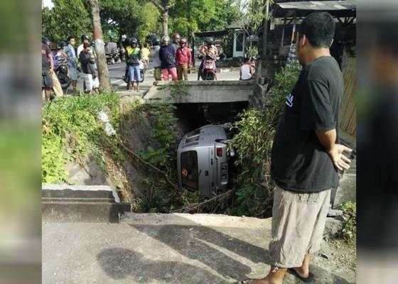 Nusabali.com - sopir-mengantuk-mobil-masuk-got