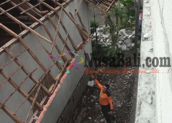 Nusabali.com - tembok-minimarket-roboh-timpa-rumah-warga