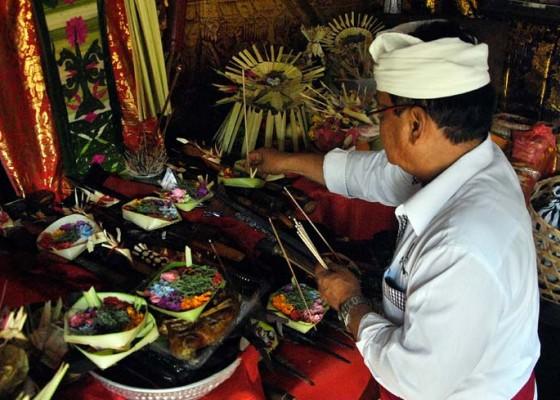 Nusabali.com - prosesi-upacara-tumpek-landep-di-pande-keris
