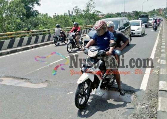 Nusabali.com - shortcut-yeh-nusa-berlubang-pemotor-sering-terjatuh