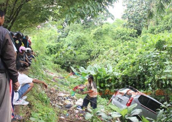 Nusabali.com - sekeluarga-jatuh-ke-jurang-1-tewas-4-luka