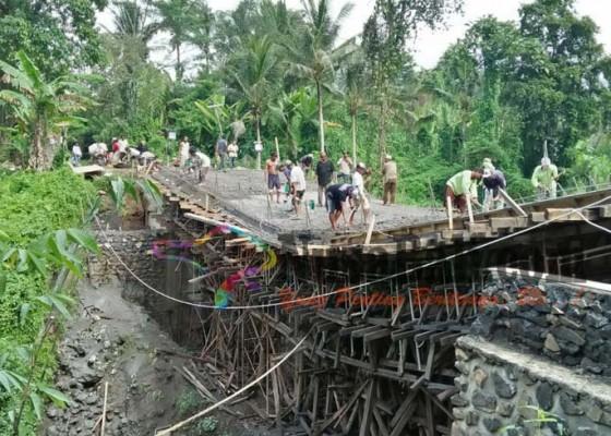 Nusabali.com - jembatan-desa-tunjuk-desa-tajen-amblas-usai-dicor