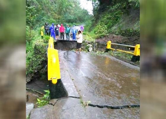 Nusabali.com - jembatan-desa-pinggan-putus