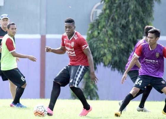 Nusabali.com - bali-united-tutup-slot-striker-asing