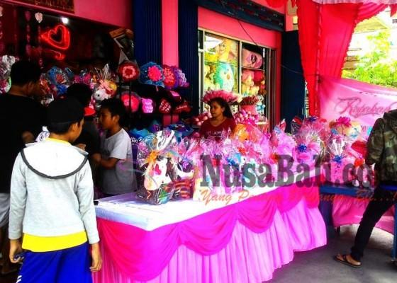 Nusabali.com - valentine-berkah-bagi-penjual-bunga-dan-boneka