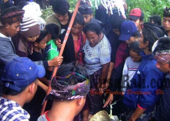Nusabali.com - isak-tangis-iringi-penguburan-7-korban-longsor