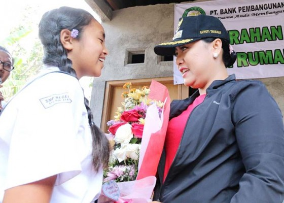 Nusabali.com - resmikan-bedah-rumah-bupati-tabanan-dihadiahi-bunga-valentine