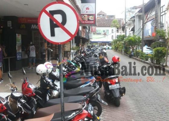 Nusabali.com - polisi-tindak-tegas-parkir-liar-di-badan-jalan