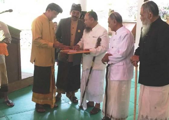 Nusabali.com - 27-tokoh-agama-di-bangli-terima-adinugraha-phdi