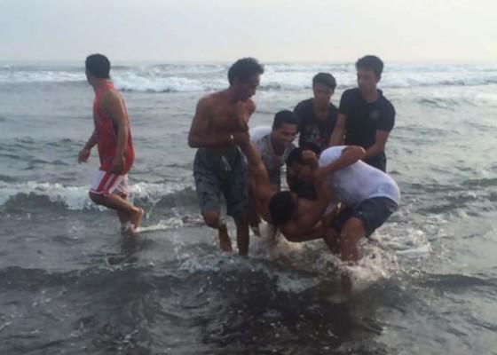 Nusabali.com - empat-orang-terseret-ombak-3-selamat-1-hilang