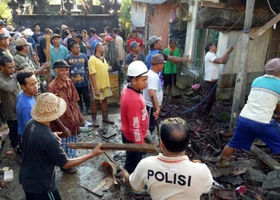 Nusabali.com - pakaian-tertimbun-reruntuhan-anak-korban-tak-bisa-sekolah