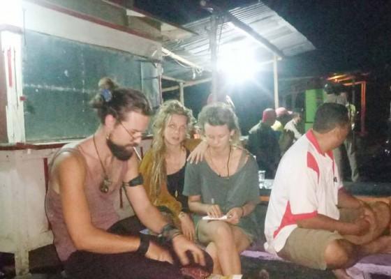 Nusabali.com - kehabisan-bekal-saat-liburan-di-bali-turis-jerman-tidur-di-balai-kelompok-nelayan