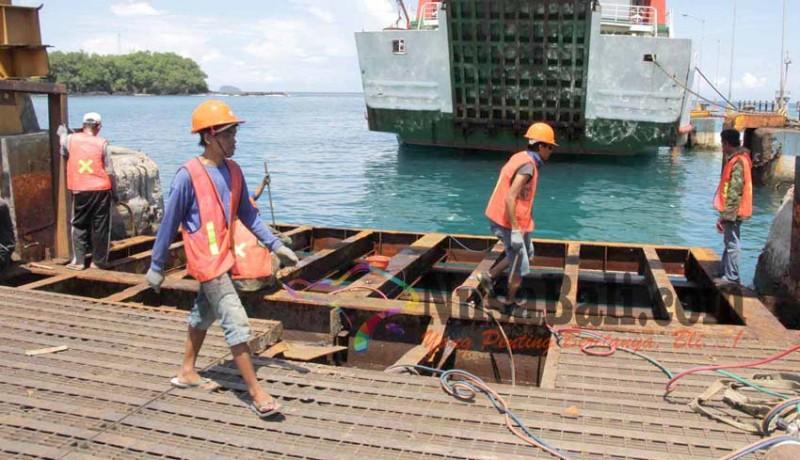 www.nusabali.com-dermaga-ii-dibongkar-terjadi-antrean-di-pelabuhan