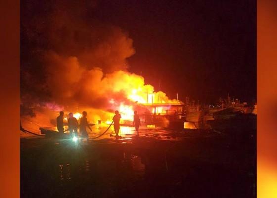 Nusabali.com - korsleting-tiga-kapal-di-pelabuhan-benoa-ludes-terbakar