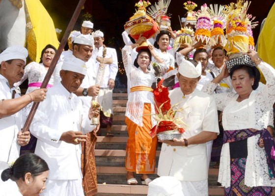 Nusabali.com - hari-tumpek-landep-gubernur-pastika-nedunang-keris-di-jayasabha