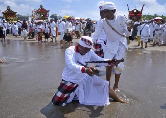 Nusabali.com - ribuan-umat-hindu-melasti-polisi-berjaga-ketat