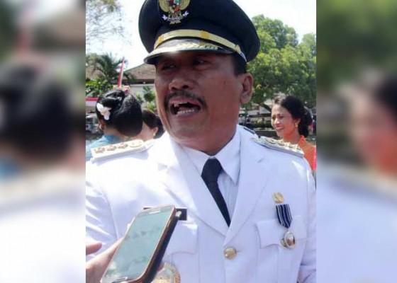 Nusabali.com - diberi-beras-warga-minta-hujan-penjabat-bupati-tak-bisa-jawab