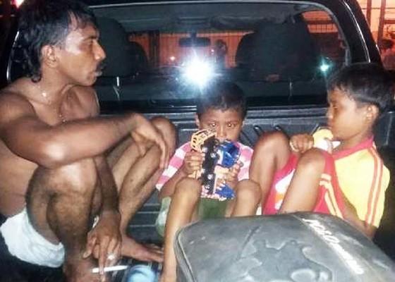 Nusabali.com - penumpang-mencebur-ke-laut-sambil-gendong-dua-anaknya