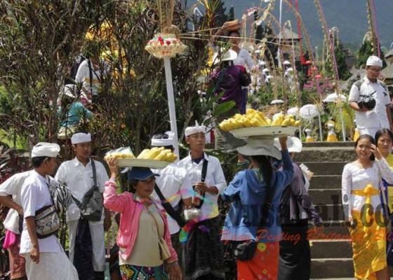 Nusabali.com - sejumlah-pedagang-di-besakih-kian-gencar-dekati-pamedek