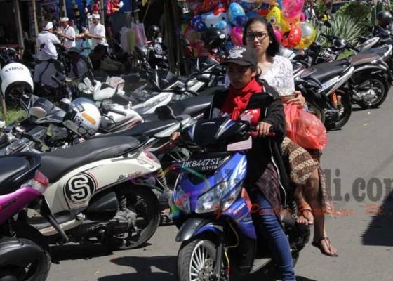 Nusabali.com - 12-perempuan-ngojek-di-pura-besakih-dua-dari-mereka-masih-berstatus-siswi-smp