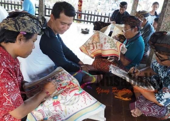 Nusabali.com - 25-seniman-demonstrasi-melukis-wayang-kamasan