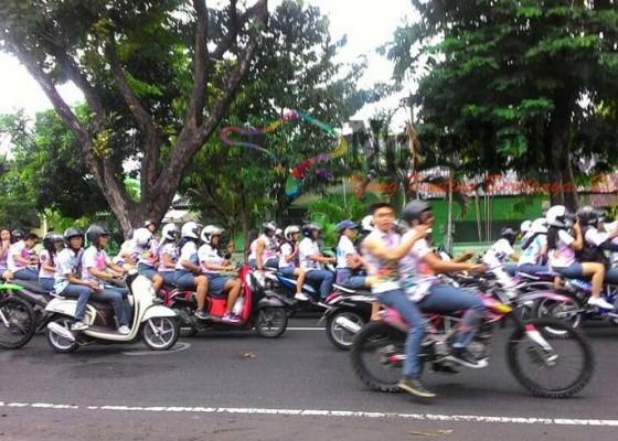 Nusabali.com - hardiknas-diwarnai-konvoi-dan-aksi-corat-coret