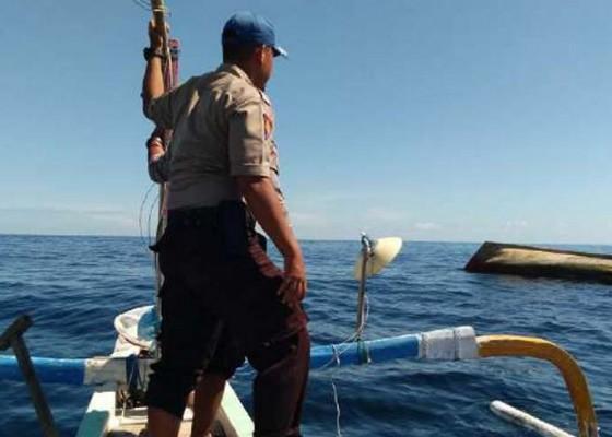 Nusabali.com - kapal-misterius-ditemukan-terbalik-di-laut-buleleng