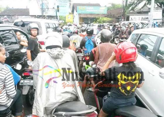 Nusabali.com - jalan-raya-canggu-belum-bebas-macet