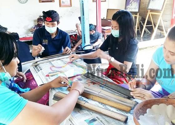 Nusabali.com - beh-penyuluh-temukan-lontar-dikarungi