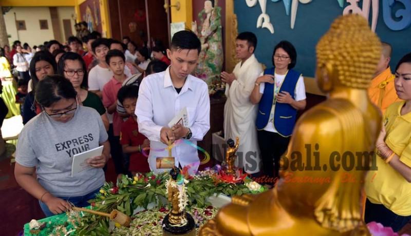 www.nusabali.com-ahok-agus-dan-anies-merayakan-waisak-di-vihara-buddha-dharma