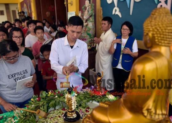 Nusabali.com - ahok-agus-dan-anies-merayakan-waisak-di-vihara-buddha-dharma