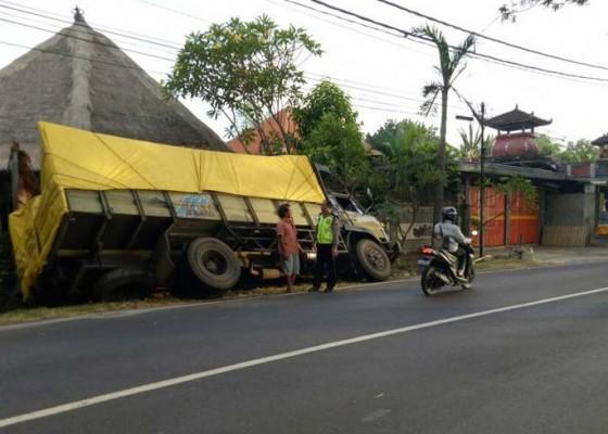 Nusabali.com - truk-seruduk-villa-mantan-bupati