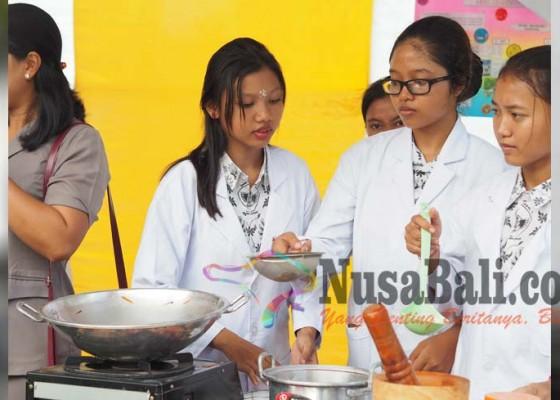 Nusabali.com - siswa-smkn-1-racik-aneka-obat-herbal