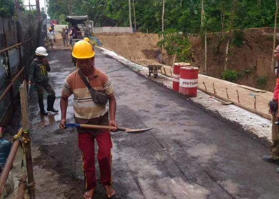 Nusabali.com - jalan-putus-di-angantiga-sudah-mulai-dilewati-mobil