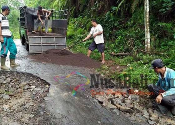 Nusabali.com - warga-secara-swadaya-perbaiki-jalan-rusak
