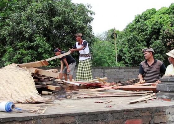 Nusabali.com - bale-sakanem-pura-bukit-buluh-roboh-diterjang-angin