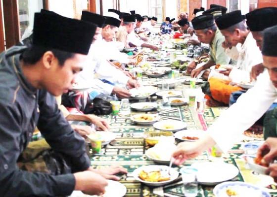 Nusabali.com - tradisi-magibung-saat-berbuka-puasa-di-desa-pagayaman