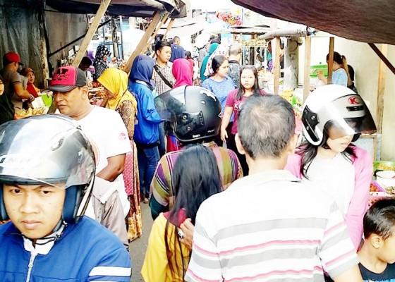 Nusabali.com - pasar-ramadhan-diserbu-warga