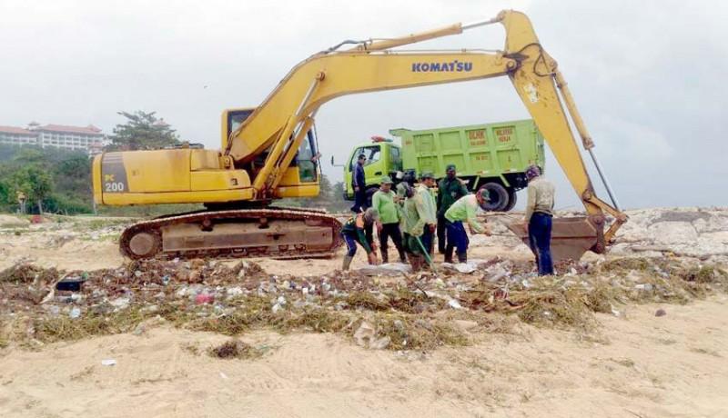 www.nusabali.com-dlhk-angkut-11-ton-sampah-di-pantai-sawangan