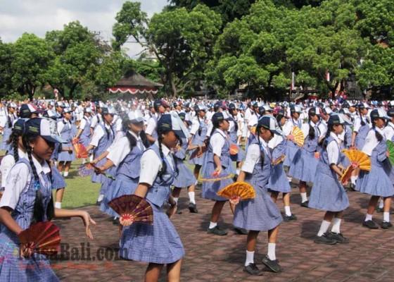 Nusabali.com - 1000-siswa-smp-menari-genjek-di-hut-amlapura