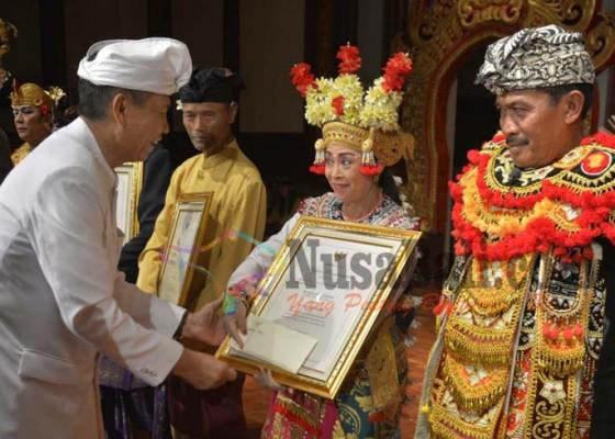 Nusabali.com - 9-pengabdi-seni-terima-penghargaan